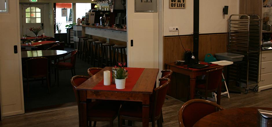 De eetzaal met uitzicht op de ingang